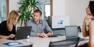 OSG Performance Suite Kundencenter OSG Team am Konferenztisch bei einer Besprechung