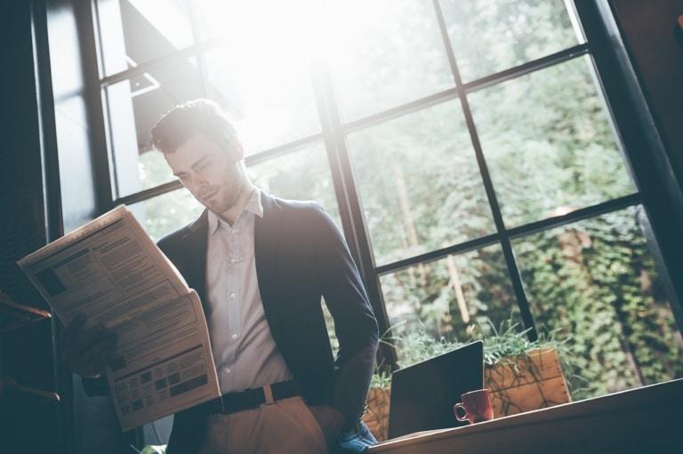 Mann liest Affiliate News in Zeitung