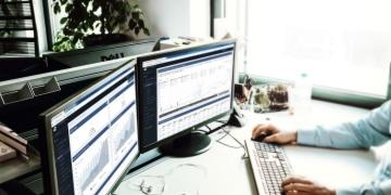OSG Performance Suite Sichtbarkeit Blogbeitragsbild Mann vor PC Bildschirme