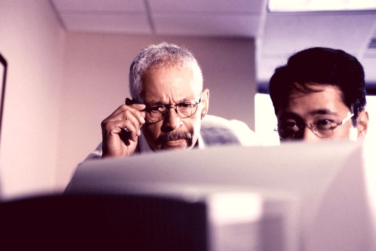 zwei Männer am Computer
