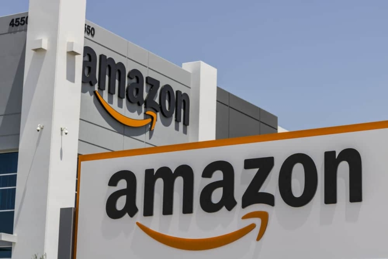 Amazon Gebäude mit sichtbarem Logo an der Fassade