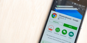 Smartphone mit Google Chrome Browser