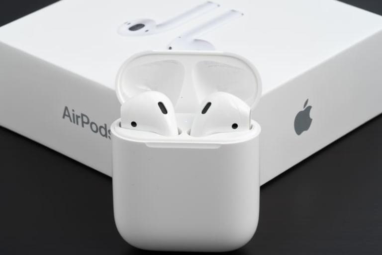 Vor über zwei Jahren brachte Apple seine AirPods auf den Markt. Nun soll die zweite Generation der beliebten drahtlosen Kopfhörer in Arbeit sein.