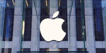 Das Apple Logo ist in der Mitte eines Gebäudes groß zu erkennen.