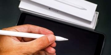 Apple Pencil wird in der Hand gehalten.