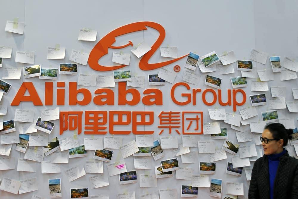 Beitragsbild Alibaba Group Unternehmenslogo an einer Wand