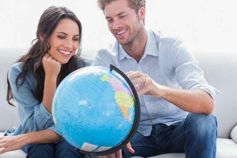 paar auf couch mit globus