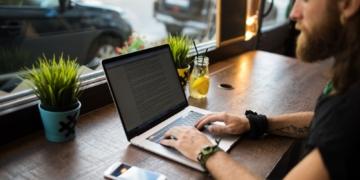 Content-Creator-Laptop-Mann-Smartphone
