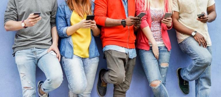 Personen mit Handys in der Hand