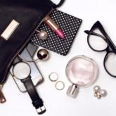 Damentasche mit diversen Inhalten