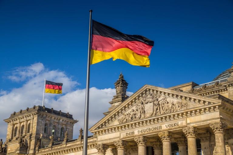 Deutschlandflagge vorm deutschen Bundestag