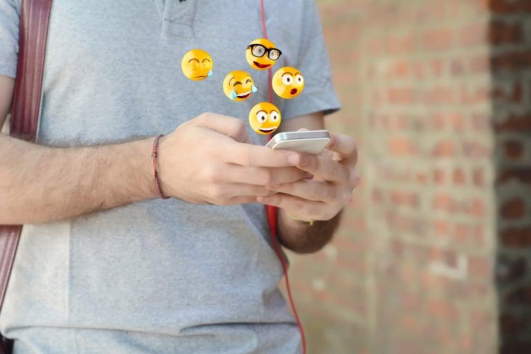 Emojis fliegen aus handy