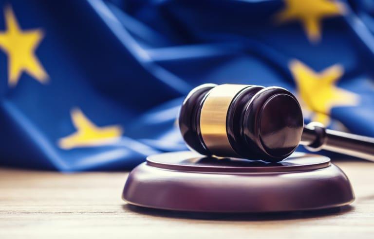 Europa Flagge mit Richterhammer
