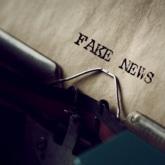 Schreibmaschine mit Fake News