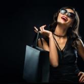 Frau ganz in schwarz gekleidet, vor schwarzem Hintergrund