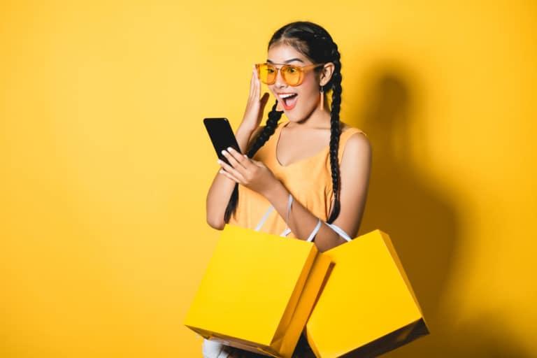 Frau mit Shoppingtüten in gelb