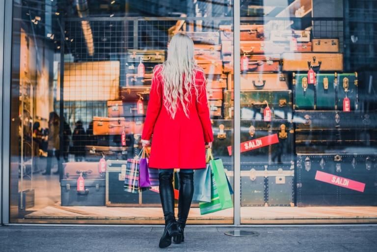 Frau vor Schaufenster