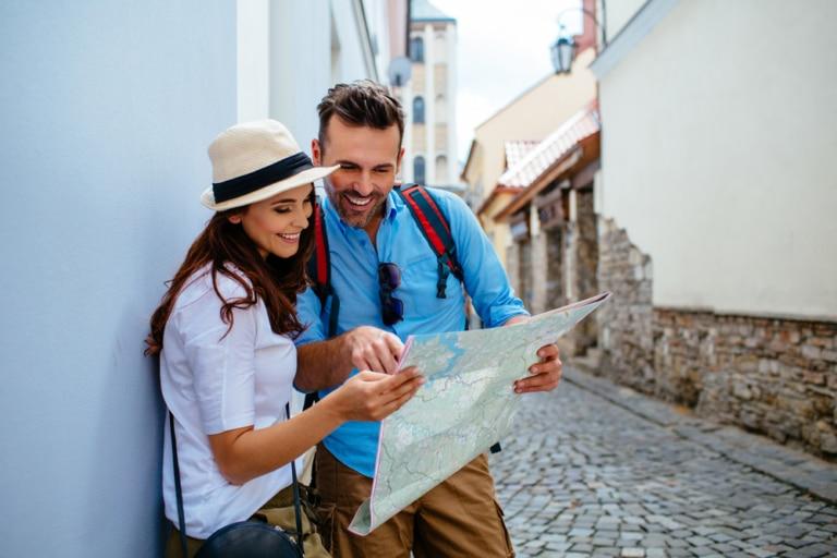 Ein Paar das auf die Landkarte schaut.