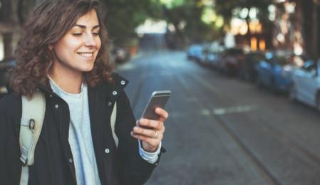 Frau bedient ein Smartphone