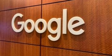 Google-Holzwand