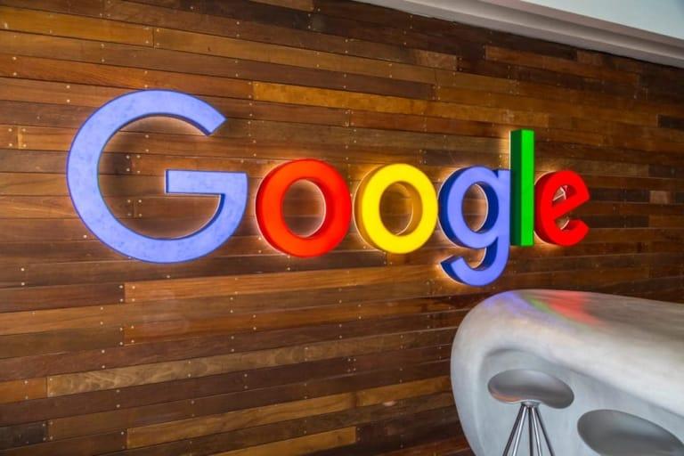 Zu sehen ist der Google Schriftzug an einer Holzwand