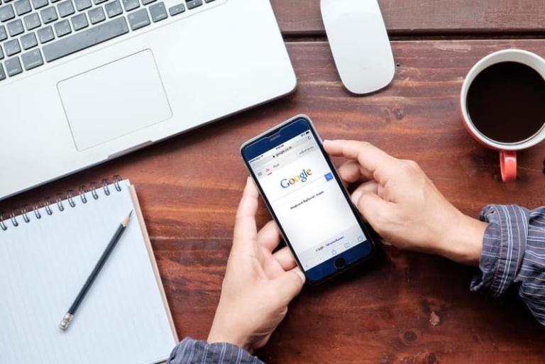 Google Suche auf dem Handydisplay