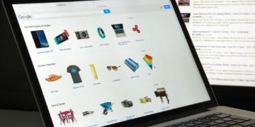 Computer, auf dem der Google Shopping Feed geöffnet ist