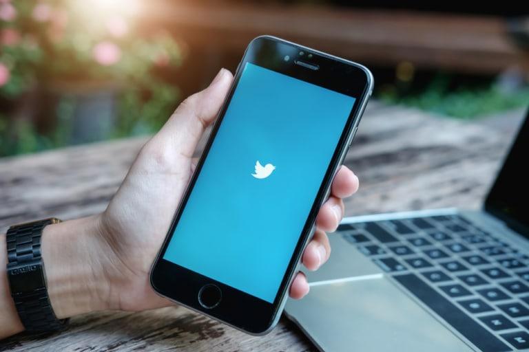 Handy mit Twittersymbol