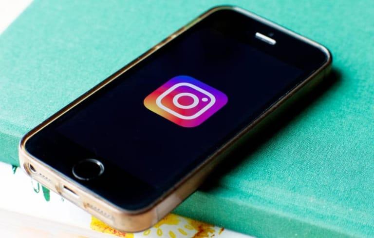 Handy mit Instagram Logo