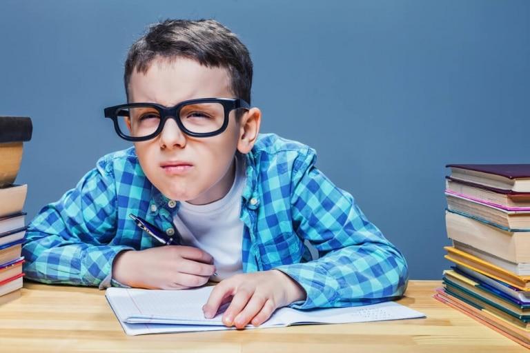 Junge-Brille-Notizen