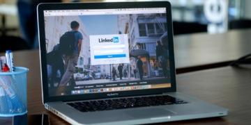 LinkedIn Laptop auf Tisch