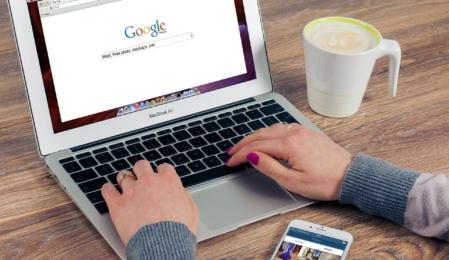 MacBook-Kaffee-Smartphone