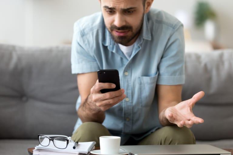 Mann mit defektem Handy