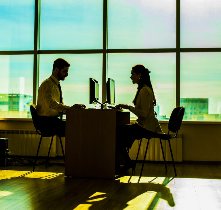 Mann und Frau sitzen gegenüber