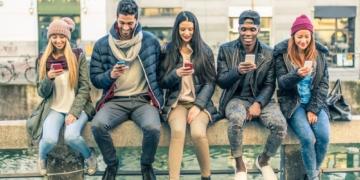 Menschen sitzen mit Handys