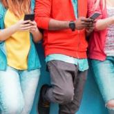 Eine Gruppe die ihre Smartphones benutzen