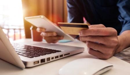Mann zahlt mit Kreditkarte
