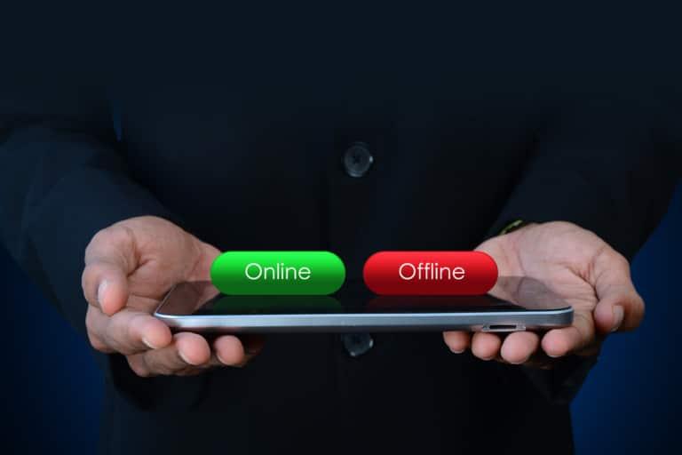 Online Offline Hände mit Handy
