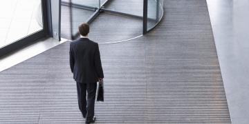 Mann verlässt Gebäude