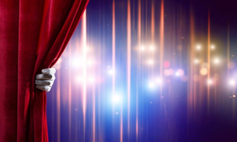 Roter Vorhang wird gelüftet