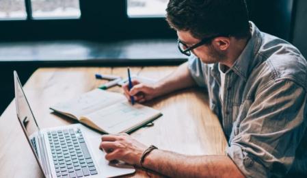 SEO Content - Mann beim Verfassen eines Textes