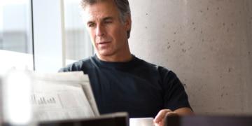 Man beim Zeitung lesen