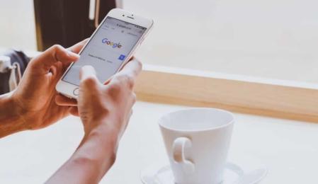 Smartphone-Tasse Kaffee