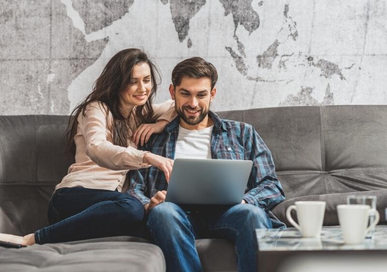 zwei personen am laptop