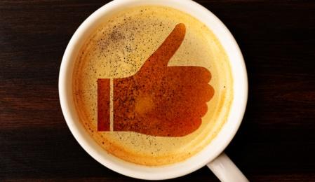 Thumbs up im Kaffeeschaum