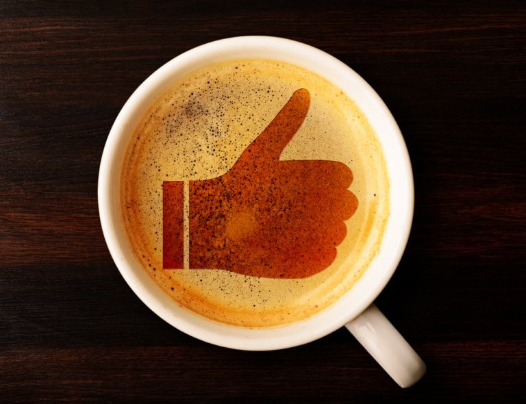 Thumbs up im Kaffeeschaum