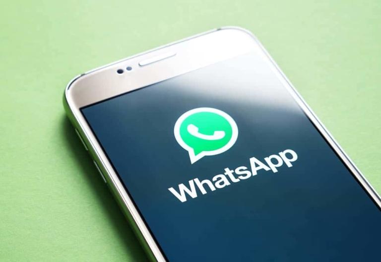 Smartphone mit geöffnetem WhatsApp
