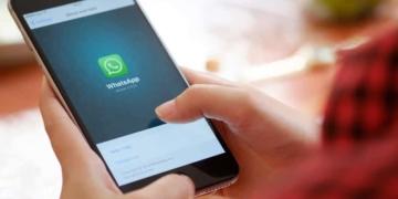 Mit der neusten Version von WhatsAppkann der Zugriff auf Chats durch Touch und Face ID - also mit Fingerabdruck bzw. Gesichtserkennung -geschützt werden.