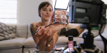 Frau macht ein Schmink Tutorial Video für Youtube