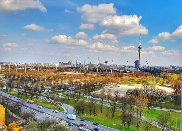 affilinet Performance Training am Sapporobogen mit Blick auf das Olympiastadion München